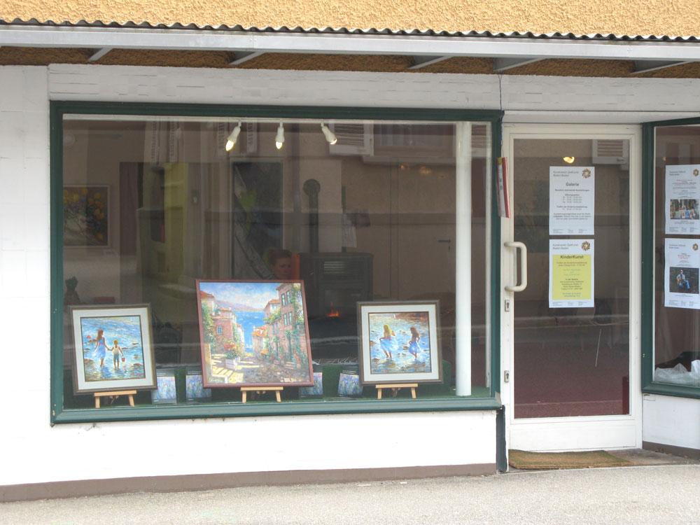 Витрины в галереи в Баден- Бадене во время нашей выставки. Елена Калашникова